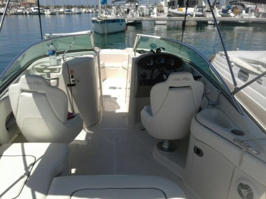 Motorboat Sea Ray 220 Sundeck peer-to-peer