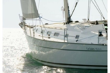 Hire Sailboat BENETEAU 43.4 Airlie Beach