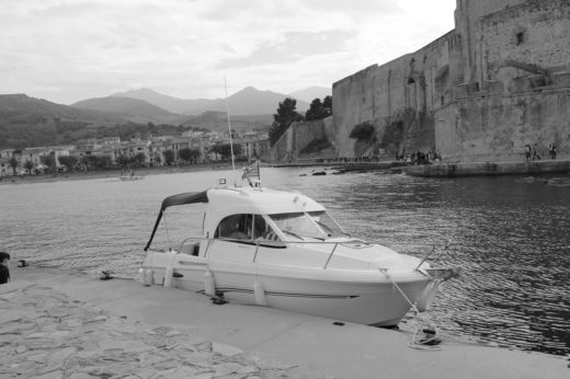 Motorboat Beneteau Antares for hire