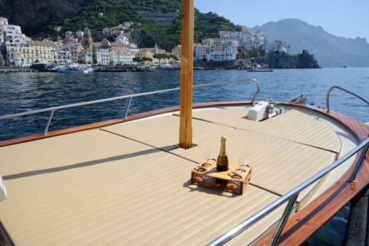 Gozzo Aprea 8 in Positano for hire