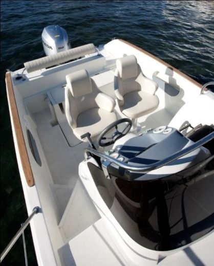 Motorboat Hm 22 Sundeck for hire