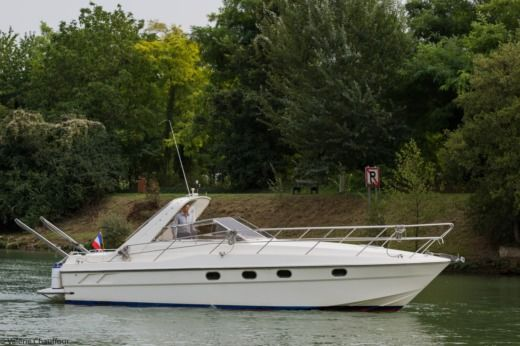 Motorboat FAIRLINE TARGA for hire
