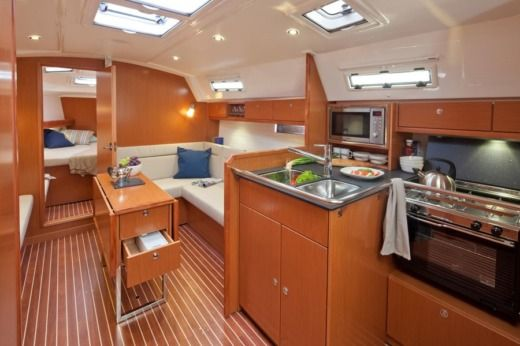 Sailboat Bavaria Cruiser 36 for hire