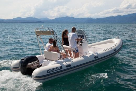 Motorboat Vailant 620 Cruiser for hire