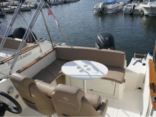 Motorboat JEANNEAU CAP CAMARAT 7.5 WA for hire